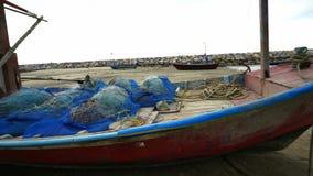 Barco de pesca pequeno no cais filme
