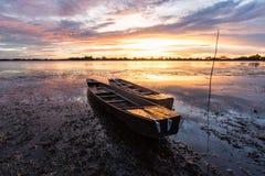 Barco de pesca pequeno no crepúsculo Foto de Stock