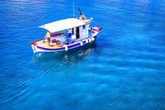 Barco de pesca pequeno no mar imagens de stock royalty free