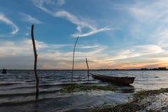 Barco de pesca pequeno no por do sol Fotos de Stock