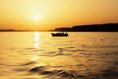 Barco de pesca pequeno no rio Danúbio no por do sol Imagem de Stock