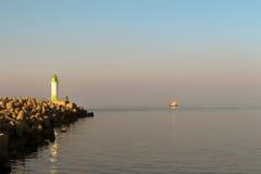 Barco de pesca pequeno que entra no porto Fotografia de Stock