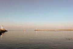 Barco de pesca pequeno que entra no porto, paisagem rural Imagem de Stock