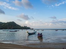 Barco de pesca perto da ilha imagens de stock