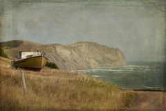 Barco de pesca perto do oceano fotografia de stock