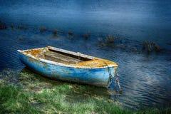Barco de pesca pintado velho foto de stock royalty free