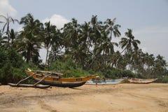 Barco de pesca por la playa Imagenes de archivo
