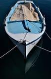 Barco de pesca por la tarde Imagenes de archivo