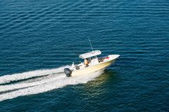 Barco de pesca potente imagen de archivo