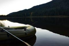 Barco de pesca que aguarda despegue Foto de archivo