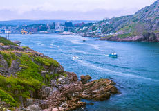 Barco de pesca que dirige ao Oceano Atlântico imagens de stock royalty free