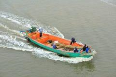 Barco de pesca que dirige para fora ao oceano Imagens de Stock Royalty Free