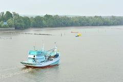 Barco de pesca que dirige para fora ao oceano Imagem de Stock