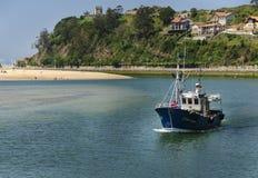 Barco de pesca que entra en el puerto fotografía de archivo libre de regalías