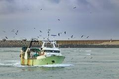 Barco de pesca que entra no porto Fotos de Stock Royalty Free