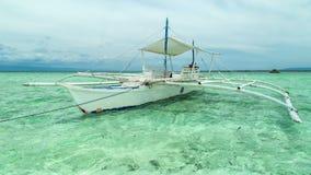 Barco de pesca que flota en el mar azul en la isla de Panglao, Filipinas 4K TimeLapse - agosto de 2016, Bohol, Panglao almacen de metraje de vídeo