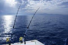 Barco de pesca que pesca con cebo de cuchara con dos barras y carretes Imagen de archivo