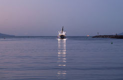 Barco de pesca que sae do alvorecer do porto de Ventura Fotografia de Stock Royalty Free