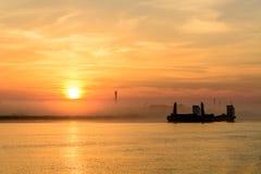 Barco de pesca que sae do porto em um fundo nevoento horizont fotografia de stock royalty free