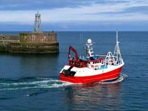 Barco de pesca que sale fotografía de archivo libre de regalías