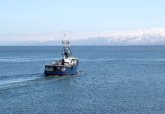 Barco de pesca que sale al mar Fotos de archivo