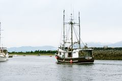 Barco de pesca que sale del puerto imágenes de archivo libres de regalías