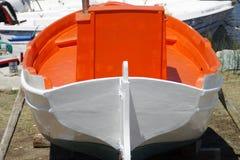 Barco de pesca que se coloca en la orilla Fotografía de archivo