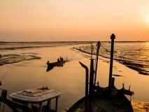 Barco de pesca que se vuelve a casa fotografía de archivo libre de regalías