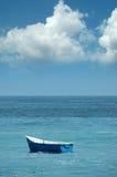 Barco de pesca rústico no coa imagens de stock royalty free