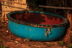 Barco de pesca redondo vietnamiano do close up na praia sob a barraca Imagens de Stock Royalty Free