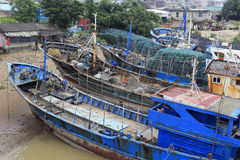 Barco de pesca reparado en astillero Imágenes de archivo libres de regalías