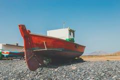 Barco de pesca rojo viejo Foto de archivo libre de regalías