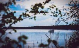 Barco de pesca só no lago calmo Imagens de Stock