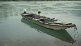 Barco de pesca situado en el río almacen de metraje de vídeo