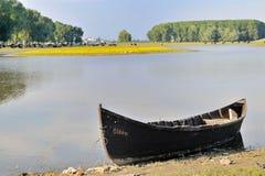 Barco de pesca solo en el río Danubio Fotografía de archivo