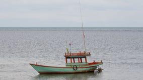 Barco de pesca solo en un mar Imagen de archivo