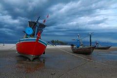 Barco de pesca tailandés en cielo nublado fotos de archivo