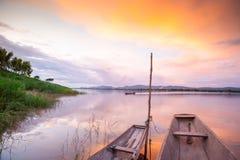 Barco de pesca tailandés tradicional bajo crepúsculo que refleja en el M Imágenes de archivo libres de regalías