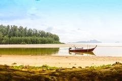 Barco de pesca Tailandia y fondo de la isla Foto de archivo