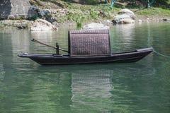 Barco de pesca tradicional chino en un lago foto de archivo