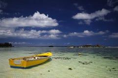 Barco de pesca tradicional colorido em Anse Forbans, Seychelles Foto de Stock