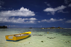 Barco de pesca tradicional colorido en Anse Forbans, Seychelles Foto de archivo