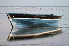 Barco de pesca tradicional com reflexão na água Foto de Stock