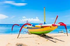 Barco de pesca tradicional de Jukung Bali Imagen de archivo libre de regalías