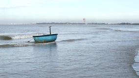 Barco de pesca tradicional de la cesta en el pueblo del pescador metrajes