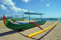 Barco de pesca tradicional del balinese en la playa Fotografía de archivo