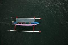 Barco de pesca tradicional desde arriba en la playa de Pantai Saba, Bali, Indonesia Foto de archivo