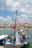 Barco de pesca tradicional en el puerto de Aegina en el cercano de en Imagen de archivo libre de regalías