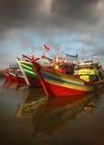 Barco de pesca tradicional indonésio imagens de stock