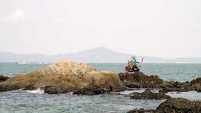Barco de pesca tradicional por el mar en Tailandia almacen de metraje de vídeo